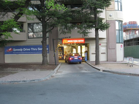 Medina Serviced Apartments Canberra, James Court: How convenient!! Drive through Maccas under the building...