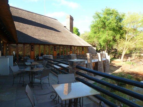Kwa Maritane Bush Lodge: terrasse du restaurant