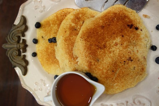 Lake Manor Bed & Breakfast: delicious blueberry-pancakes