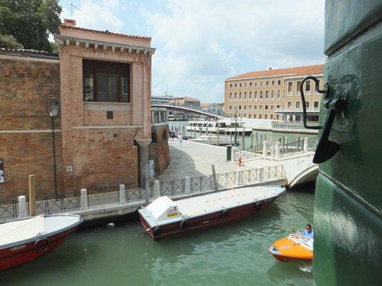 Hotel Canal : Вид из номера на Rio de la Croce, Fondamenta Croce и Гранд-канал