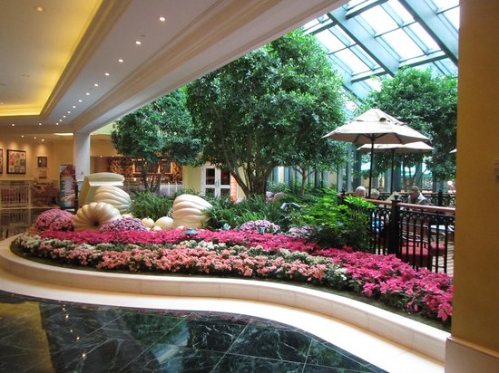 Beau Rivage Resort & Casino Biloxi: Lobby and Shops view