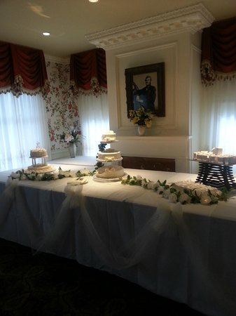 Manor Inn Restaurant: I gave Stephanie 5 cake boxes, and look at this beautiful display.