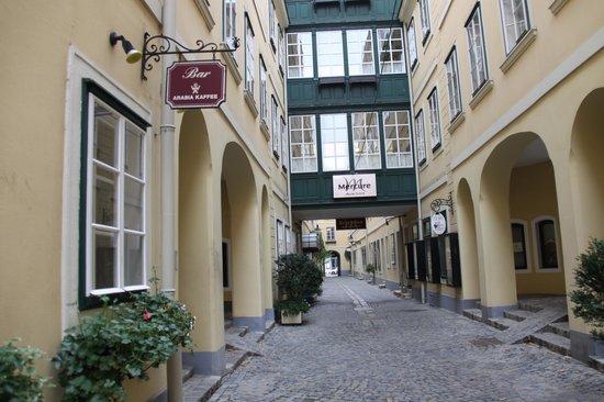 Mercure Grand Hotel Biedermeier Wien: die Gasse zum Hotel
