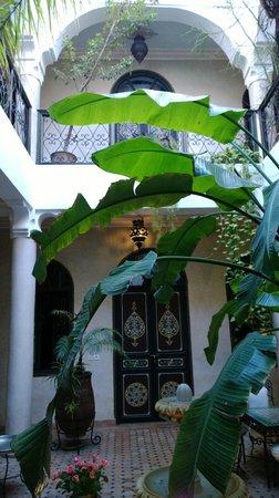 Riad Bamaga Hotel: Ground floor atrium/ courtyard