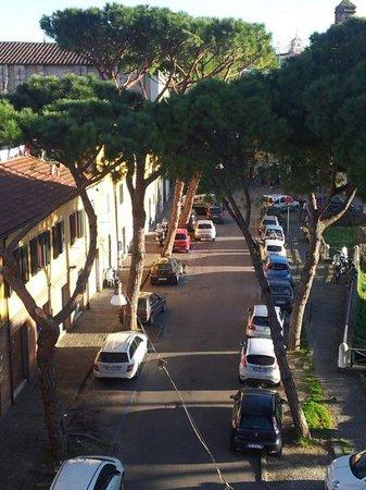 Passeggiata sulle mura di Pisa : Arteria stradale di Pisa vista dalle mura