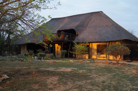 Kambaku Safari Lodge: The dining room/great hall