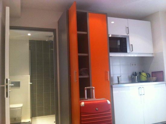 Hôtel de la Mare : ensuite bathroom + small kitchen
