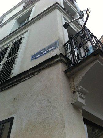 Hôtel de la Mare : walk along the Rue Henri Chevreau till the 1st junction