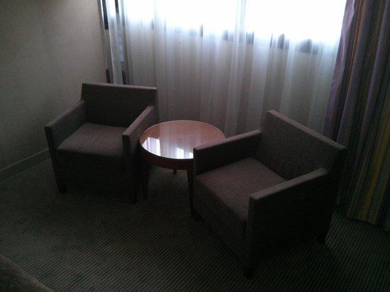 Hilton Evian-les-Bains: Fauteuils dans la chambre - très pratique