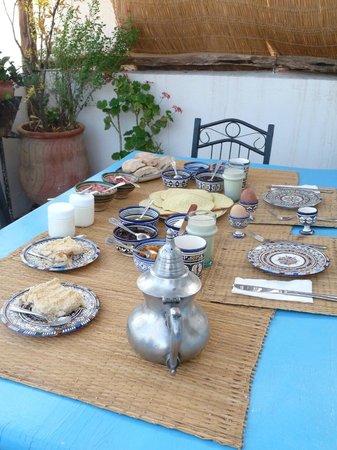 Dar KamalChaoui: Petit déjeuner sur la terrasse