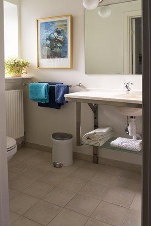 B&B Hotel Albertine: Bathroom with pleasant colours
