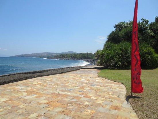 Turtle Bay Hideaway: walkway connecting two villas