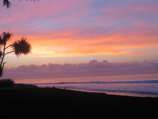 Turtle Bay Hideaway: sunset view from Villa Kelapa terrace