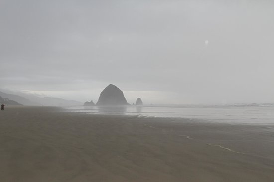 Schooner's Cove Inn: Haystack Rock w/ the usual fog