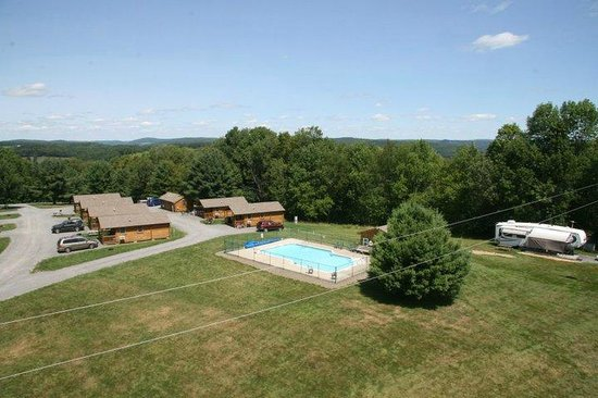 Hartwick Highlands Campground: A view of the Cabins with Kitchenette & Bathroom by the pool.