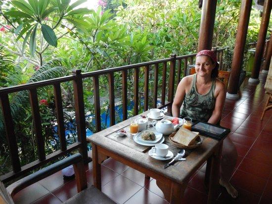 Tropical Bali Hotel : petit déjeuner devant la chambre