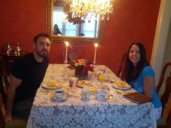 Lake & Vine Bed and Breakfast: The breakfast table