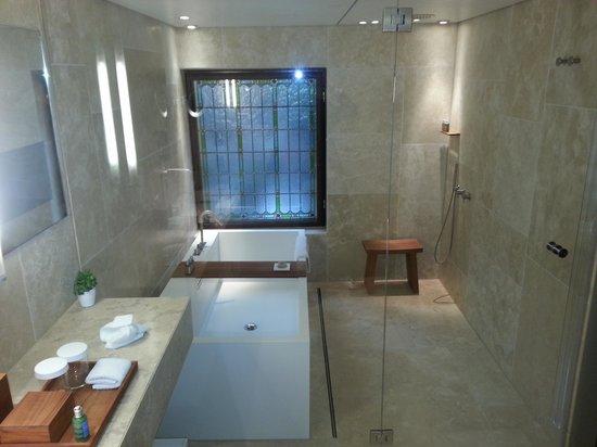 Conservatorium Hotel: bathroom 206