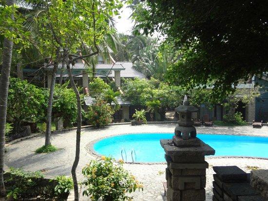 Oriental Pearl Beach Resort: Бассейн, что поменьше