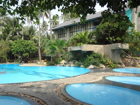 Oriental Pearl Beach Resort: Бассейн, что побольше