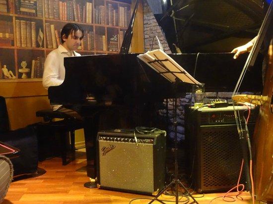 Gregory's Jazz Club: Pianista