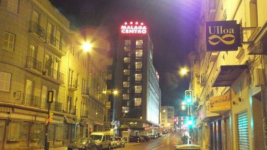 Salles Hotel Malaga Centro: Hotel at night