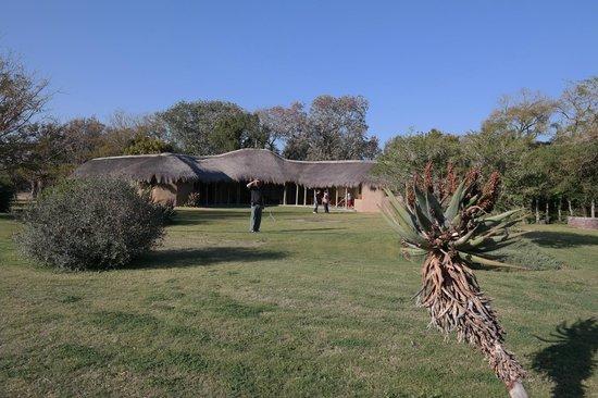 Chrislin African Lodge: riesiger Garten vor dem Restaurant