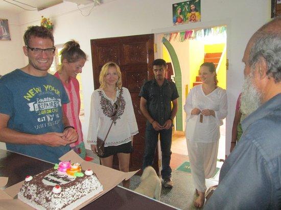 Akshay Beach Resort: Leaving cake