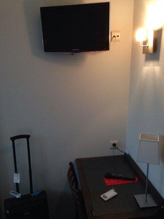 Hotel du Congres: TV and desk