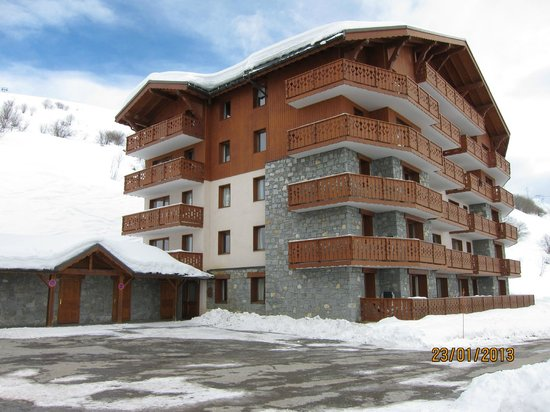 Residence LVH Vacances Les Chalets De L'Adonis: Widok na wejscie do apartamentowca