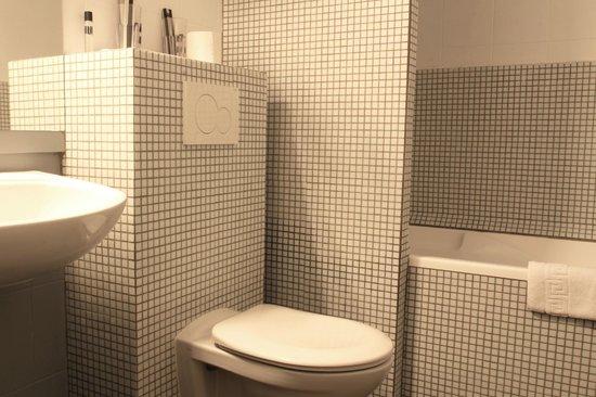 Hotel Le Blason: salle de bain avec bainoire