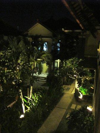 Adhi Jaya Hotel : ogród wieczorem