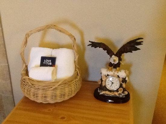 AmericInn Lodge & Suites Princeton: Watch out- cracked my head on the eagle!