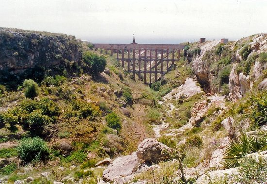 Acueducto del Águila: Distant view of aqueduct