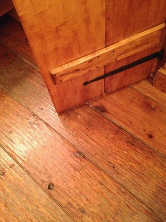 Historic Smithton Inn : The floors and doors are hand scraped wood