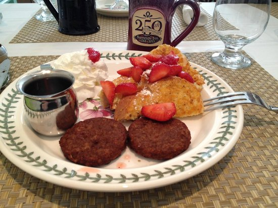 Historic Smithton Inn: Crunchy French Toast Breakfast with Fresh Strawberries. YUM!!!