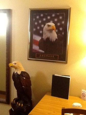AmericInn Lodge & Suites Princeton : Eagle suite decor
