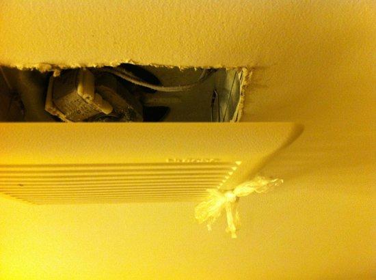 La Quinta Inn & Suites Mt. Laurel - Philadelphia : Bathroom ceiling exhaust fan