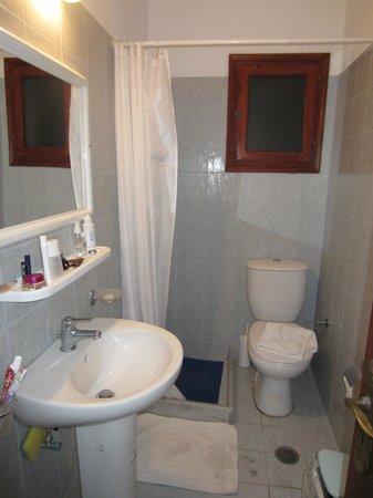 Soulis Apartments : Petite salle de bain pas très pratique