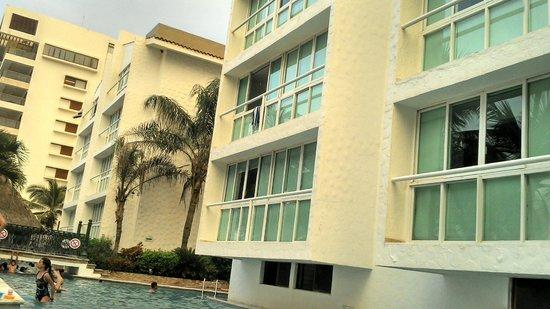 Villa Varadero Hotel & Suites: Acostado a un lado de la alberca