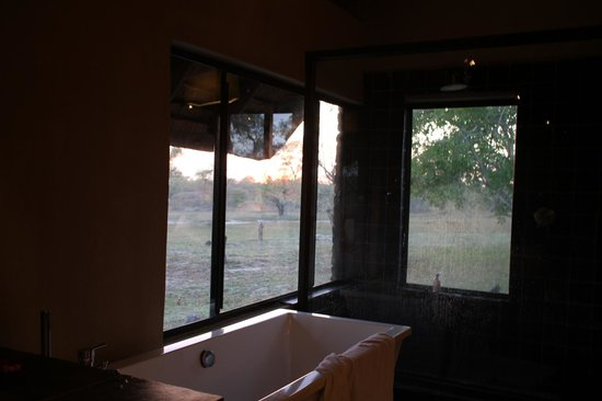 Nkorho Bush Lodge : Indoor bath and shower and outdoor shower