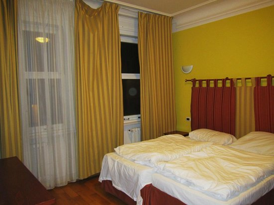 Hotel Leon D'Oro: cortinas caidas que no tapan la ventana y camas sin hacer