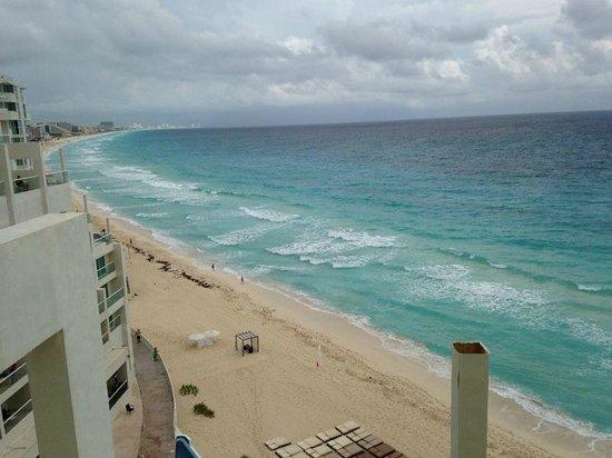 Sun Palace: Beach from hotel