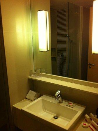 Sukhumvit 12 Bangkok Hotel & Suites : Salle de bains standard