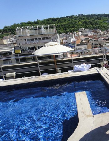 Barcelona Universal Hotel: бассейн на крыше