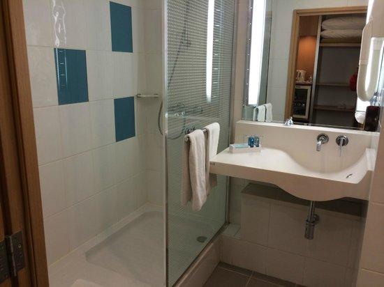 Hotel Novotel Gaziantep : Functional and clean bathroom.