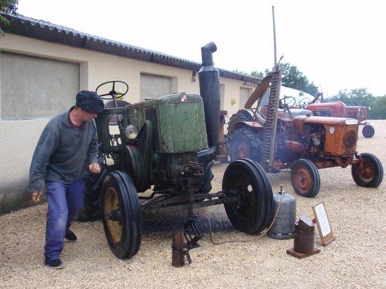 Benoît démarre le tracteur