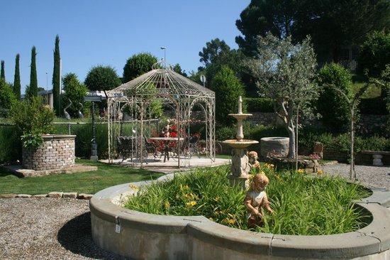 Ra-Ma snc: Scatto di un angolo della Zona Arredo Giardino con Gazebo, Tavoli, Panchine, Sedie, Fontane...