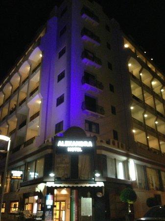 Alexandra Hotel Malta: facade at night
