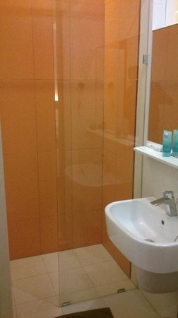 Heliconia Hotel: The shower